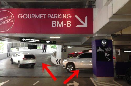 エムクオーティエの駐車場。