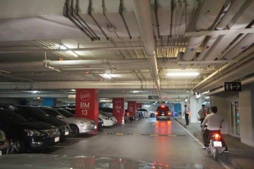 地下駐車場。