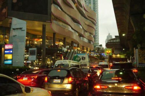 雨の日の渋滞。