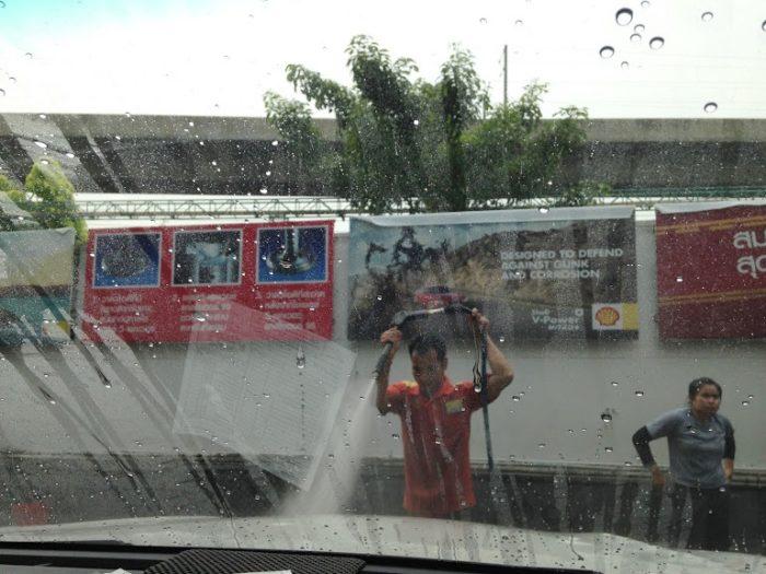 ペチャブリ通りの洗車場。