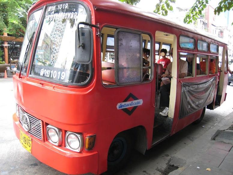 バンコクのバス。通称赤バス。