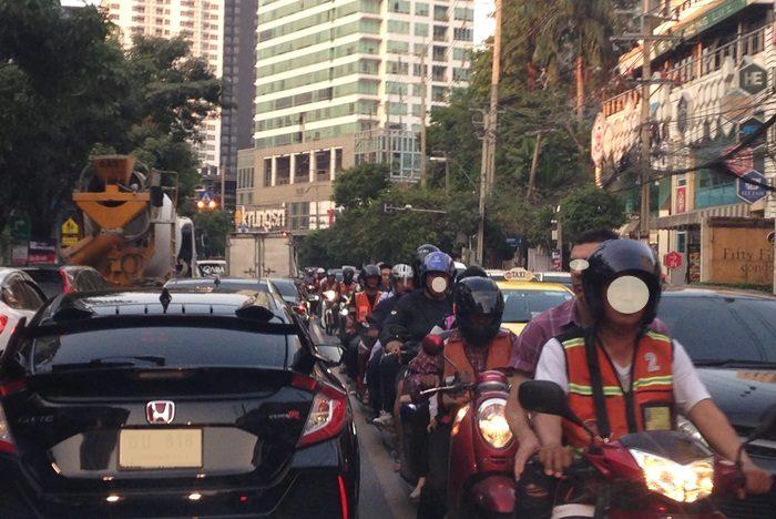 バンコク渋滞中の車やバイクたち。