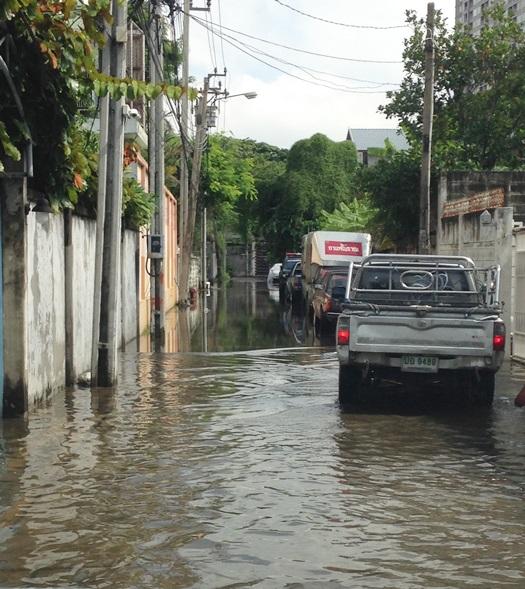 バンコクのソイ。スコールの後の洪水。