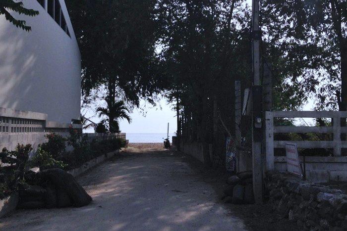 ホテルの脇の木陰。ビーチが見えますね。