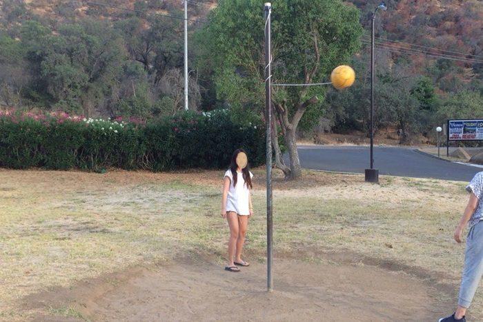 ボールを蹴って遊ぶ遊具。