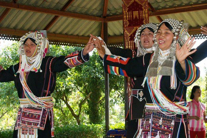 タイの少数民族「アカ族」の踊り。
