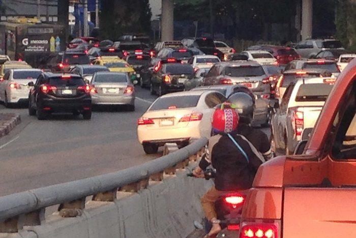 バンコクの合流の渋滞。