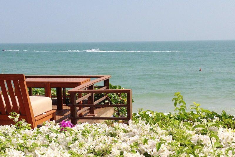 タイの青い海とブーゲンビリア。。