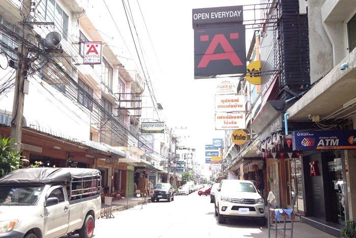 バンコクにある「CHOR CHOKDEE(チョーチョークディー)」 家具屋さん。